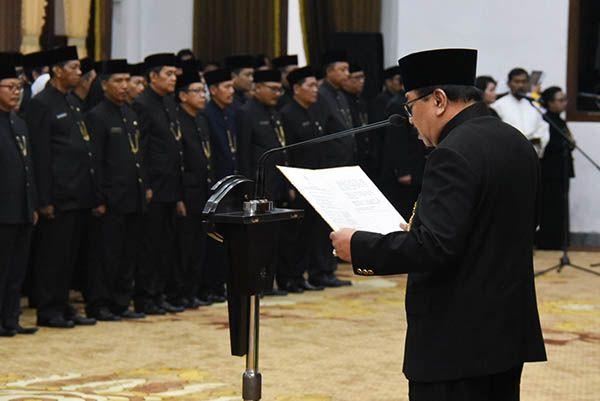 RESMI: Gubernur Soekarwo membacakan sumpah dan janji jabatan diikuti oleh semua pejabat yang dilantik.