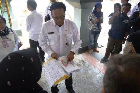 BONGKAR: Bupati Sambari saat melihat gambar spesifikasi proyek Alun-alun.