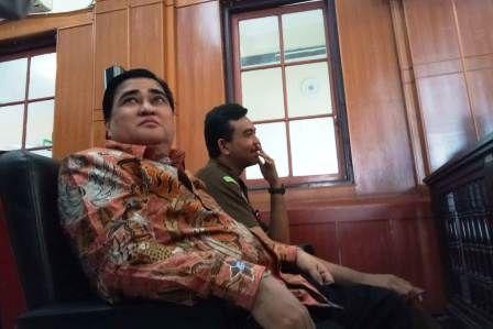 MESAM MESEM: Dimas Kanjeng usai sidang putusan perkaranya di PN Surabaya, Rabu (5/12).