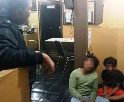 APES: Dua pejambret ABG diinterogasi polisi setelah dihajar massa.