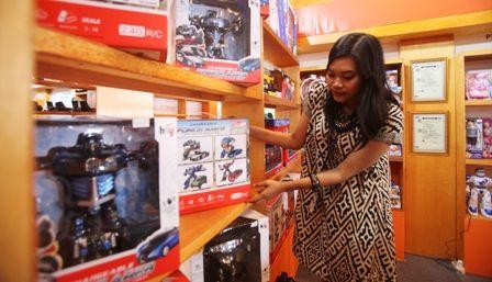 PEMINAT MENURUN: Pengunjung melihat produk mainan saat pameran di salah satu pusat perbelanjaan di Surabaya.