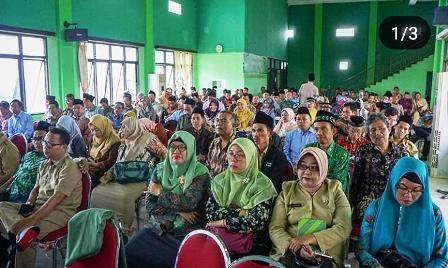 SERIUS: Para guru madrasah sedang  mengikuti sosialisasi peraturan daerah terkait perizinan sekolah dengan sistem OSS.