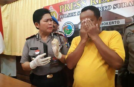 APES: Kapolsek Simokerto Kompol Masdawati menunjukkan M Soleh yang kembali harus dibui.