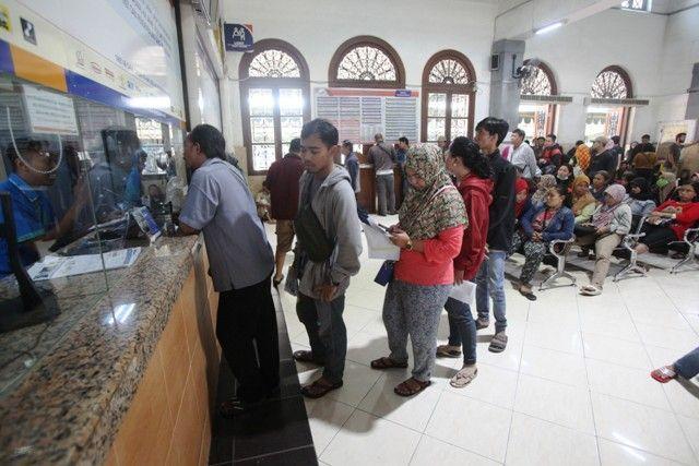 DIPREDIKSI MENINGKAT: Calon penumpang antre untuk mendapatkan tiket kereta di Stasiun Gubeng Lama, Surabaya.