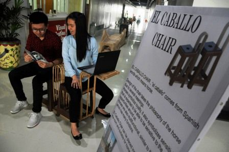 EL CABALLO CHAIR: Monique memeragakan kursi kreasinya yang diilhami model kuda.