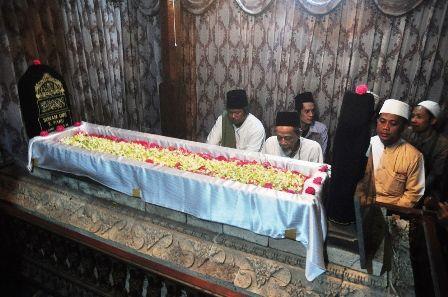 HAUL SUNAN GIRI: KH Mochtar Djamil dan KH Muwafiq saat berziarah di dalam Makam Sunan Giri.