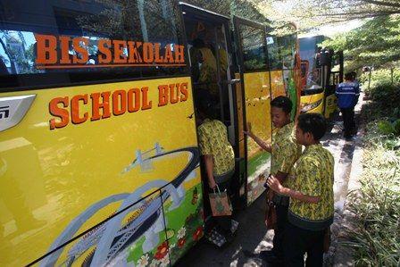 NYAMAN: Sejumlah siswa bersiap menaiki bus sekolah yang disediakan khusus bagi para pelajar di Surabaya.