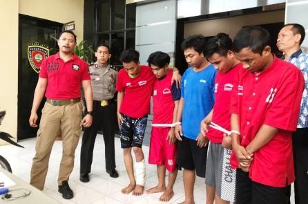 DILUMPUHKAN: Kanit Resmob Satreskrim Polrestabes Surabaya Iptu Bima Sakti (kiri) menunjukkan lima tersangka komplotan curanmor di Polrestabes Surabaya