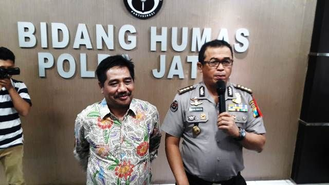 KLARIFIKASI: Kabid Humas Polda Jatim Kombes Pol Frans Barung Mangera mendampingi Ketua Pusat Informasi dan Humas UNAIR Suko Widodo (kiri) di Mapolda J
