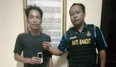 SIAL: Tersangka Rudi Siswoyo diamankan di Mapolsek Jambangan didampingi Tim Anti Bandit
