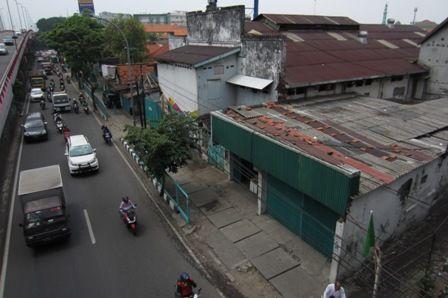 DIKERJAKAN TAHUN DEPAN: Deretan bangunan terimbas rencana pelebaran jalan di Jalan Raya Wonokromo, Senin (10/12).