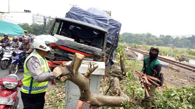 BIANG MACET: Kondisi truk tronton usai tabrakan di Jalan Raya Gedangan, Rabu (12/12).
