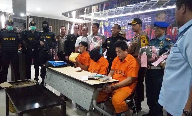 NARKOBA BARU: Dua WN Malaysia dan seorang tersangka warga Gresik yang diamankan.