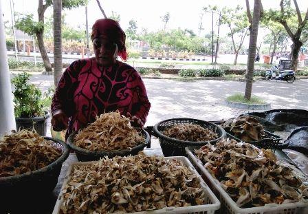 PASOKAN BERKURANG: Salah satu penjual ikan asin di Sentra Ikan Bulak. Saat musim hujan pasokan ikan asin berkurang.