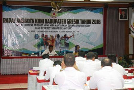 SERIUS: Pengurus Koni Gresik sedang menggelar rapat pengurus anggota dan membahas persiapan Pekan Olahraga Provinsi (Porprov) 2019.