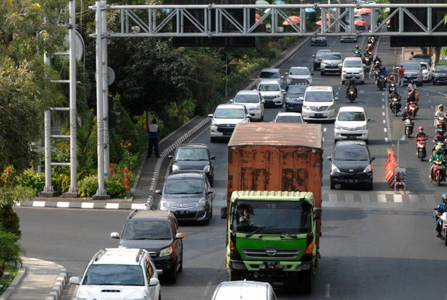 HANYA SEMENTARA: Satu unit truk barang saat melintas di jalanan Surabaya. Untuk mengurangi kemacetan saat liburan Natal dan tahun baru, Dishub Jatim m