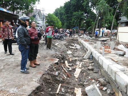 MEMANTAU: Bupati Saiful Ilah (kiri) bersama Kepala Dinas PUPR Sigit Setyawan meninjau penyelesaian proyek box culvert dan peningkatan jalan di Jalan K