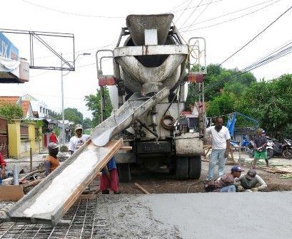 DIKEBUT: Proses pengecoran di Jalan Raden Patah Sidoarjo.
