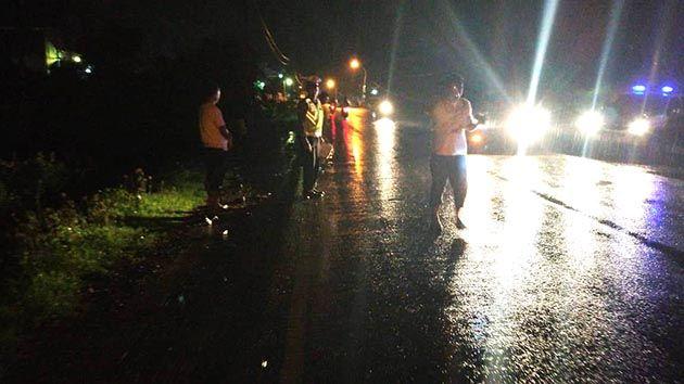 AWAS : Polisi sedang memantau tempat kejadian perkara (TKP) kecelakaan di Jalan Raya Manyar-Sembayat, Desa Betoyo, Kecamatan Manyar, Rabu (26/12).
