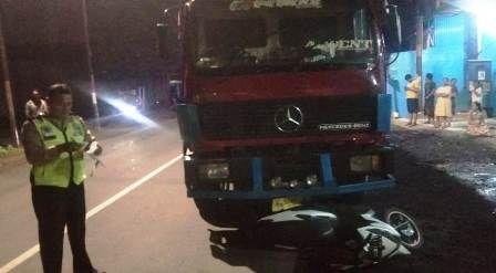 TKP: Polisi saat mengamankan truk dan kendaraan yang terlibat tabrakan di Jalan Mastrip Karangpilang.