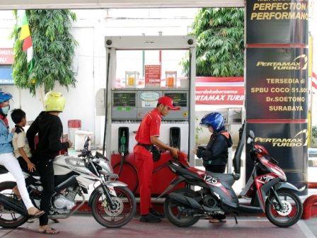 BERKONTRIBUSI: Petugas melakukan pengisian BBM di SPBU di Coco Jalan Dr Soetomo, Surabaya. Kenaikan harga BBM non subsidi menjadi salah satu pemicu in