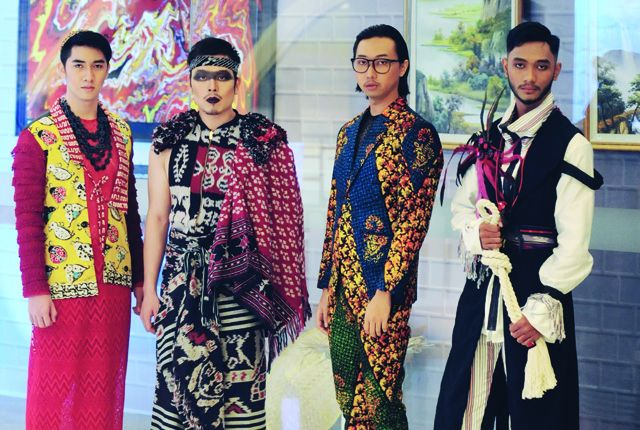 PERTAMA KALI: Empat orang model laki-laki mengenakan busana dengan konsep Cosmolight Etnic dalam preview Man Fashion Style 2019 di atrium Grand City M