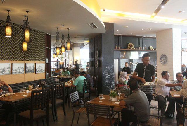 POTENSIAL: Suasana salah satu restoran di salah satu hotel berbintang di Surabaya. Sektor jasa dan perdaganagn menjadi contributor utama perputaran ua