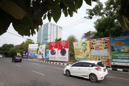BELUM TERTATA: Deretan alat peraga kampanya (APK) Pemilu Legislatif yang terpasang di kota Surabaya.