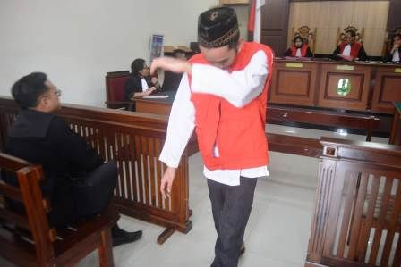VONIS: Terdakwa pencabulan Eko Agus Bakhtiar menunduk usai divonis.