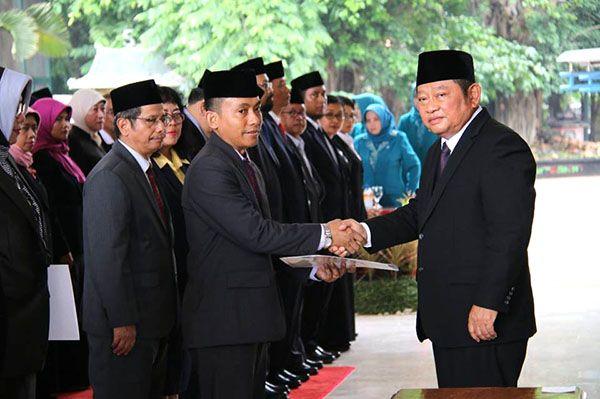 MUTASI: Bupati Saiful Ilah saat melantik pejabat beberapa waktu lalu.