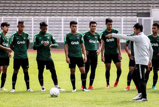 LATIHAN: Indra Sjafri memimpin latihan Timnas U-22 di Lapangan A Senayan Jakarta.