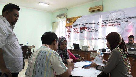 TERTIB: Petugas KPU Sidoarjo menerima laporan penerimaan sumbangan dana kampanye (LPSD).