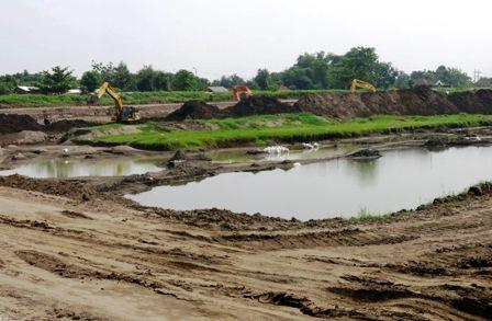 BAHAN BAKU PDAM: Tiga ekskavator mengeruk pasir di Kalimati, Kecamatan Tarik, yang dijadikan long storage, Selasa (15/1).