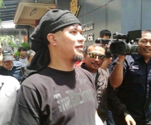 TERSANGKA: Ahmad Dhani di Mapolda Jatim sebelum dilimpahkan ke Kejari Surabaya via Kejati Jatim, siang ini.