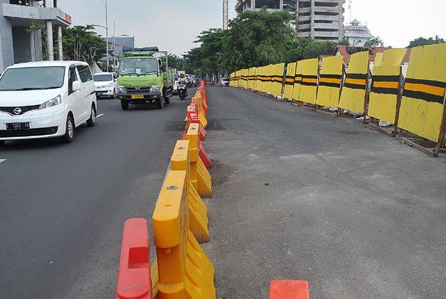 DITAMBAL: Kondisi aspal di Jalan Raya Gubeng yang sempat mengalami keretakan, telah dilakukan perbaikan oleh PT NKE selaku kontraktor proyek tersebut,