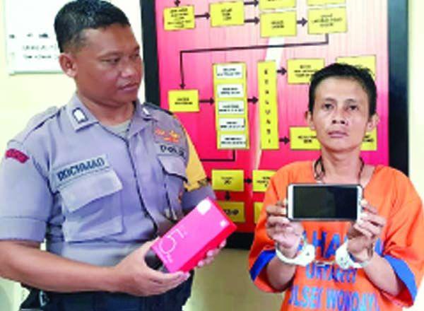AMATIRAN: Tersangka bersama barang bukti saat diamankan di Mapolsek Wonoayu.