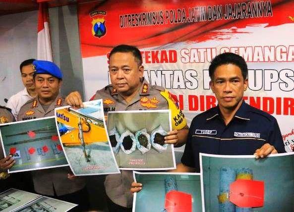BUKTI: Kapolda Irjen Pol Luki Hermawan (tengah) bersama Direktur Ditreskrimsus Kombes Pol Ahmad Yusep Gunawan (kanan) menunjukkan foto-foto barang buk
