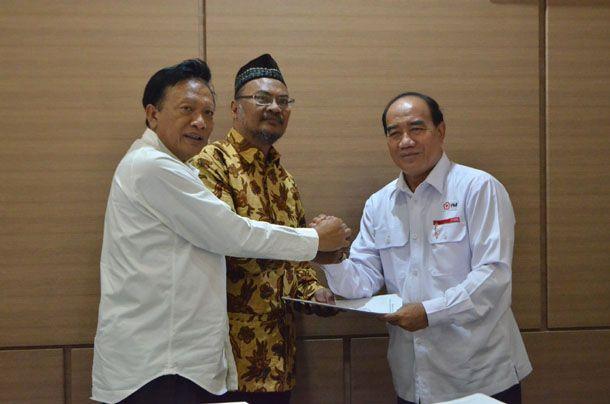 PENERIMA: Bupati Sambari berfoto bersama pendonor penerima PIN emas yang akan disematkan Presideng RI di Jakarta.