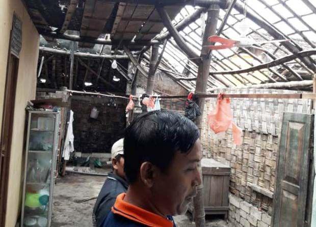 TAK BERATAP LAGI: RUSAK : Anggota koramil dan Polsek Dukun saat mendata kerusakan rumah warga.