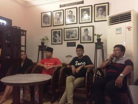 AKUI SALAH: Wakil Bupati Trenggalek M Nur Arifin (dua dari kiri) saat hadir dalam forum diskusi di Rumah Hadji Oemar Said (HOS) Tjokroaminoto, Jalan P