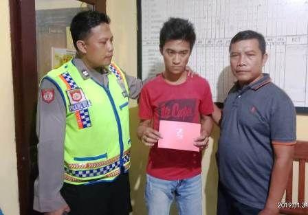 DIAMANKAN : Anggota reskrim Polsek Benjeng mengamankan tersangka Pendik Oktaviano Bastian, tersangka pengedar narkoba.