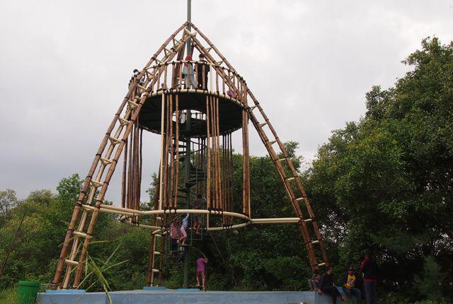 BELUM RAMPUNG: Salah satu fasilitas bagi pengunjung yang ada di Kebun Raya Mangrove Gunung Anyar. Meskipun pengerjaan masih 30 persen, namun antusiasm