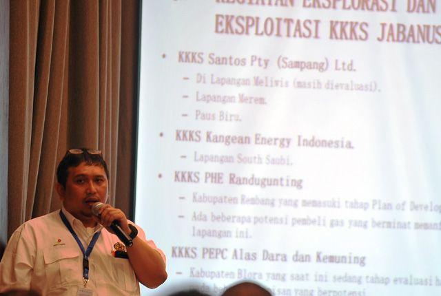 BERI EDUKASI: Kepala Humas SKK Migas Jabanusa Doni Ariyanto menjadi narasumber dalam diskusi migas di Hotel Kampi Surabaya, Rabu (6/2).