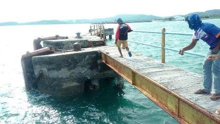 MIRING: Dermaga kapal barang Pelabuhan Bawean hampir roboh setelah diterjang Kapal Gili Iyang.