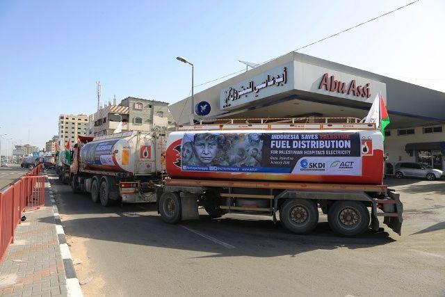 KEMANUSIAAN: Truk-truk pengangkut BBM bantuan dari rakyat Indonesia lewat ACT menyasar rumah sakit-rumah sakit di Gaza.