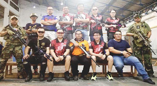 GARANG: Jan Leon (tengah atas) saat berpose bersama anggota Klub Air Soft Surabaya Club usai melaksanakan latihan bersama.