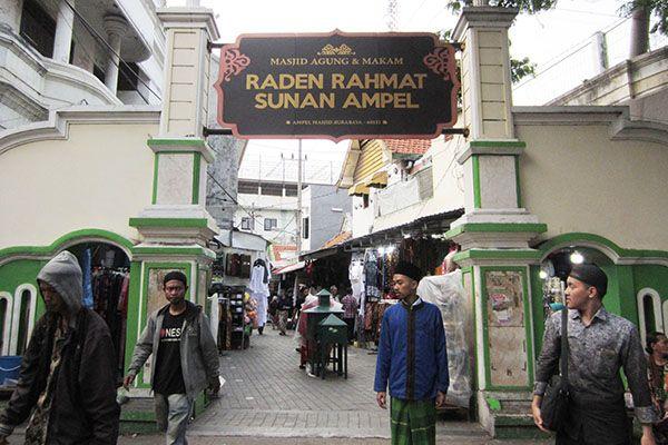 TAMBAH FASILITAS: Sejumlah pengunjung berada di kawasan wisata religi Sunan Ampel, Nyamplungan, Surabaya.