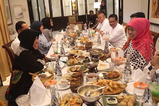 GAYENG: Gubernur Jawa Timur terpilih Khofifah Indar Parawansa saat bertemu denga Walikota Surabaya Tri Rismaharini di salah satu rumah makan di Suraba