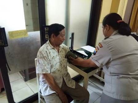 SEHAT: Mantan Sekda Kota Surabaya Muhammad Jasin saat menjalani cek medis di Polrestabes Surabaya.