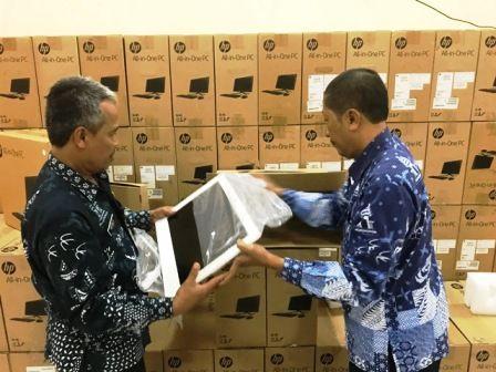 BARU DATANG: Kepala Bidang Manajemen Pendidikan Suwono (kanan) menunjukkan tumpukan boks komputer yang akan digunakan untuk UNBK.